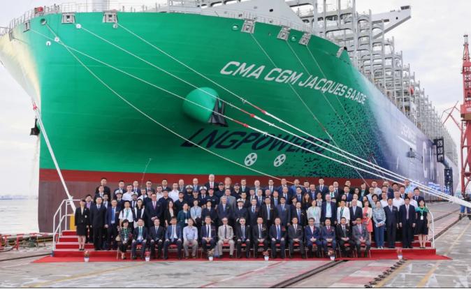 站上巅峰!全球首艘23000TEU双燃料动力集装箱船交付!